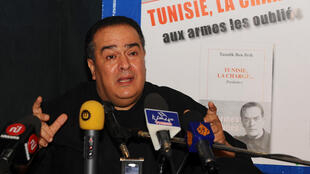 """Le journaliste et écrivain tunisien Taoufik Ben Brik lors d'une conférence de presse pour la publication de son nouveau livre """"Tunisie, la charge"""" en avril 2011 à Tunis"""