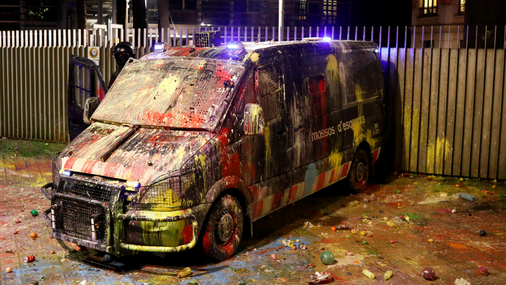 Los CDRs lanzaron contra el Ministerio del Interior globos rellenos de pintura.