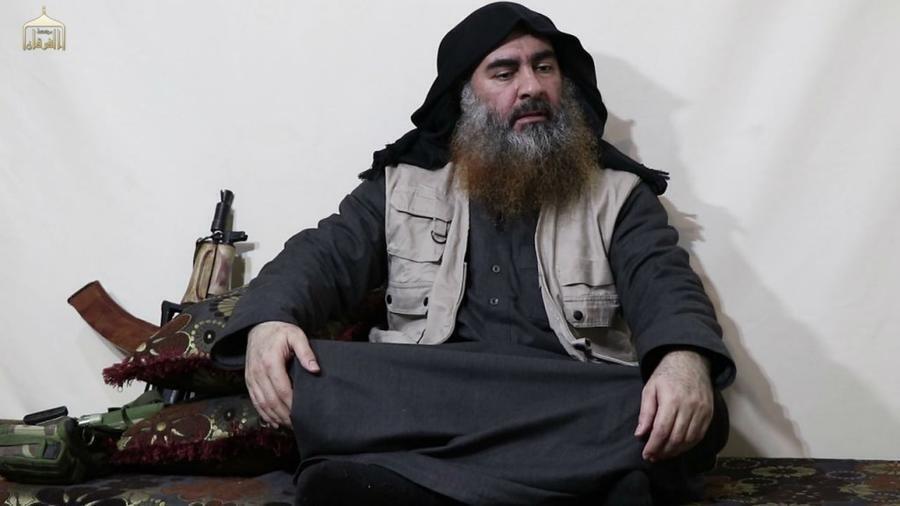 En esta fotografía sin fecha y sin localización, tomada de un video publicado por los medios de Al-Furqan, el jefe del grupo Estado Islámico Abu Bakr al-Baghdadi aparece por primera vez en cinco años.