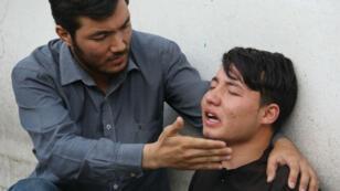 Un homme pleure les victimes après l'attaque suicide à Kaboul, le 15 août 2018.