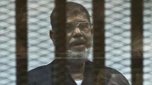 الرئيس المصري السابق محمد مرسي خلال إحدى جلسات محاكمته