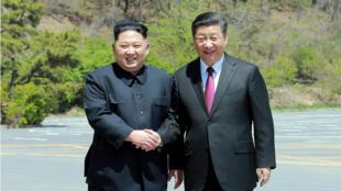 Foto de la Agencia de Noticias Central Coreana (KCNA) de Corea del Norte, tomada el 8 de mayo de 2018 y publicada el 9 de mayo, que muestra al presidente de China, Xi Jinping (Der.), estrechando la mano del líder norcoreano Kim Jong Un (Izq.) en la ciudad china de Dalian.