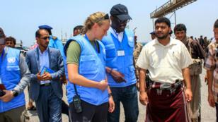 Des observateurs de l'ONU aux côtés de reponsables yéménites dans le port de Salif, le 11 mai.