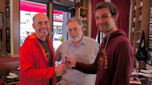 Francis Ford Coppola entouré par deux membres de l'équipe de la start-up française Short Edition, à San Francisco
