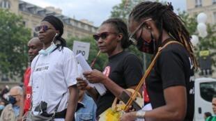 Ramata Dieng, madre de Lamine Dieng, un joven fallecido durante una custodia policial en Francia en 2007, durante una de las manifestaciones en contra del racismo en Francia y en favor de la justicia en el caso de su hijo. En París, Francia, el 20 de junio de 2020.
