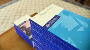Los volúmenes del informe final de la Comisión que investigó la pederastia en instituciones públicas y religiosas de Australia.