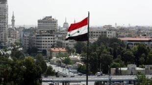علم سوري يرفرف فوق العاصمة دمشق، أبريل/نيسان 2018