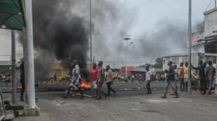 Les manifestations et la tension au Bénin se poursuivent depuis les élections du 28 avril. Ici, des manifestants dans les rues du quartier de Cadjehoun, à Cotonou, le 2 mai 2019.