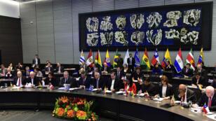 Los Estados miembros de UNASUR reunidos cuando el expresidente colombiano, Ernesto Samper, era el Secretario General. 14 de marzo de 2015, Quito, Ecuador.