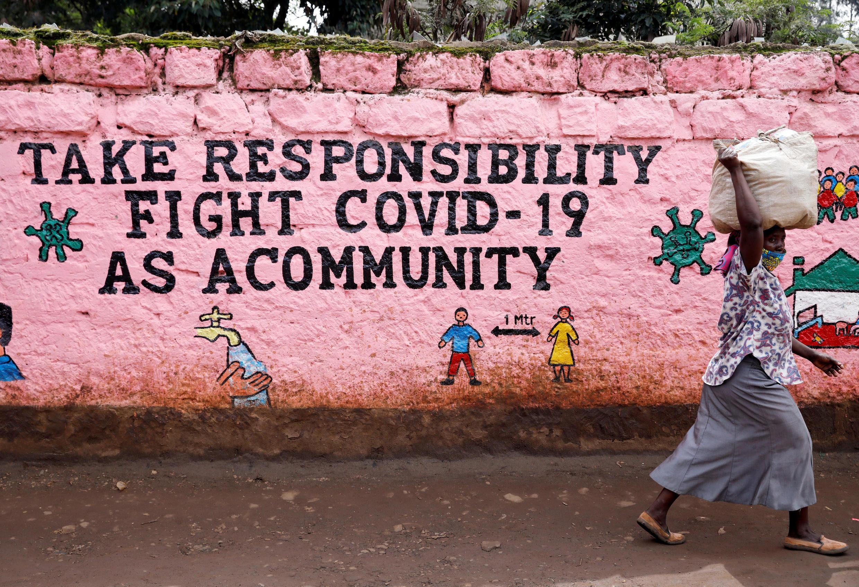Dans le bidonville de Kibera, à Nairobi, au Kenya, une inscription appelle les Kenyans à la solidarité face au Covid-19.