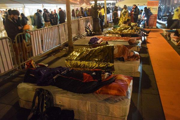 Plus d'une centaine des lits de camp et de matelas ont été installés, pour inviter ceux qui veulent marquer leur solidarité avec les sans-abris à passer la nuit à la belle étoile.