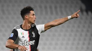 مهاجم يوفنتوس الدولي البرتغالي كريستيانو رونالدو يحتفل بهزه شباك لاتسيو (2-1) في الدوري الإيطالي في 20 تموز/يوليو 2020.