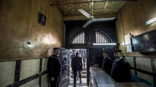 شرطيون مصريون عند مدخل سجن طرة في القاهرة خلال جولة نظمتها السلطات للإعلام في 11 فبراير/شباط 2020.