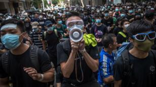 Activistas se concentran en los alrededores de la sede del Parlamento y la policía para reclamar la puesta en libertad de los manifestantes arrestados en Hong Kong. 21 de junio de 2019.