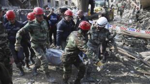 Des secouristes portant un blessé après un bombardement de l'artillerie arménienne lors de combats au-dessus de la région séparatiste du Haut-Karabakh, à Ganja, Azerbaïdjan, le 11 octobre 2020.