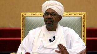 L'ex-président soudanais, Omar el-Béchir lors d'un comité de dialogue national, le 5 avril 2019 à Khartoum.