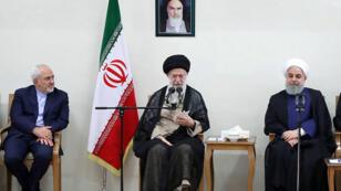 آية الله علي خامنئي بين الرئيس الإيراني حسن روحاني ووزير الخارجية محمد جواد ظريف في طهران 15 يوليو/تموز 2018