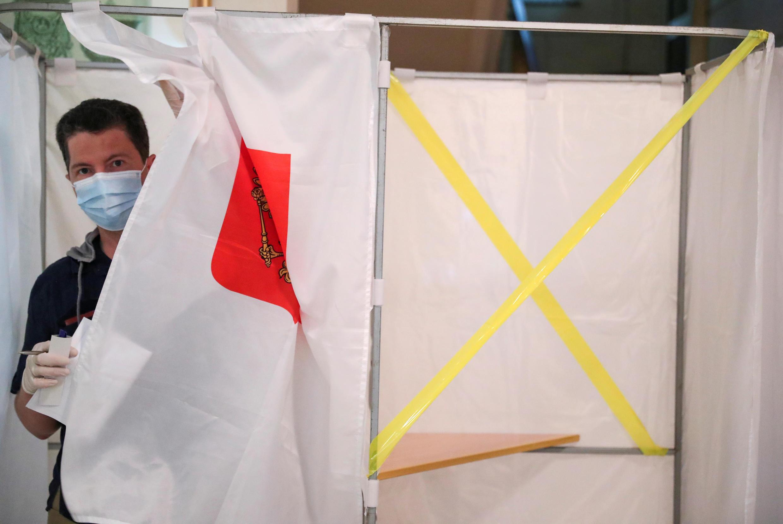 مواطن يدلي بصوته في الاستفتاء الروسي حول الإصلاحات الدستورية