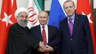 Le président iranien Hassan Rohani et ses homologues turc Recep Tayyip Erdogan et russe Vlamidir Poutine, réunis à Sotchi en Russie, le 22 novembre 2017.