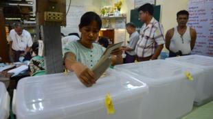 Dans ce bureau de vote de Rangoun, des électeurs birmans ont pu voter à l'avance, le 6 novembre 2015.