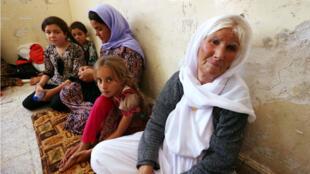 Une famille de Yazidis réfugiée dans une école de Dohuk, au Kurdistan irakien, après avoir fui Sinjar.
