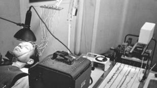 Un encéphalogramme mesure les pulsions électriques émises par le cerveau d'un patient à Bristol en 1950.