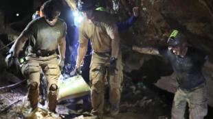 Image fournie par la Marine royale thaïlandaise le 11 juillet 2018, montrant les secours portant un des rescapés de la jeune équipe de football restée près de 20 jours dans une grotte.