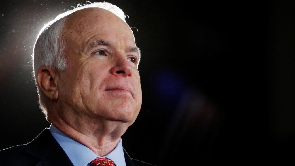 El excandidato presidencial de Estados Unidos, John McCain, escucha mientras se lo presenta en una manifestación de campaña en Denver, Colorado, el 24 de octubre de 2008.