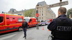 Policías custodian las cercanías del edificio de la Prefectura de París tras el ataque con cuchillo, el 3 de octubre de 2019.