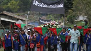 Foto de archivo / Indígenas asisten al funeral de Gersaín Yatacué en Toribio, departamento del Cauca, en Colombia, el pasado 4 de agosto de 2019.