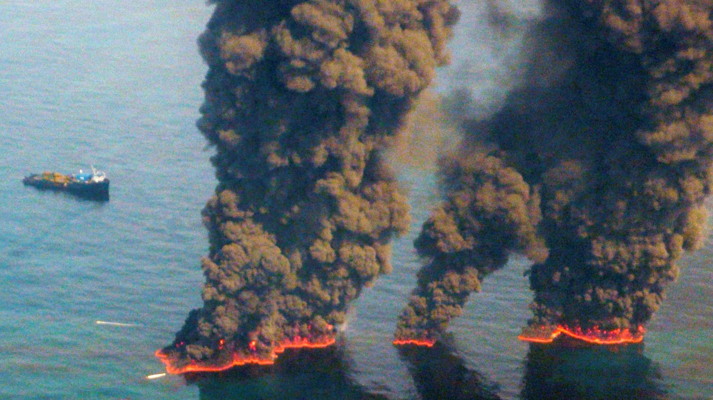 Aviones sobrevuelan los incendios causados por el derrame del 'Deepwater Horizon' en el Golfo de México, el 19 de mayo de 2010.