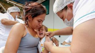 Une Vénézuélienne fait vacciner son enfant à Cucuta, en Colombie, à la frontiière avec le Venezuela.