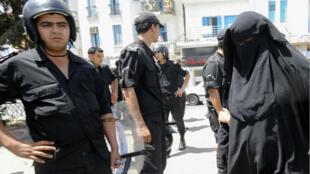 Une femme portant le niqab en juin2012 à Tunis, lors de la prière du vendredi.