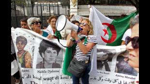 Des manifestants algériens défilent contre le pouvoir dans les rues d'Alger, le 20 septembre 2019.