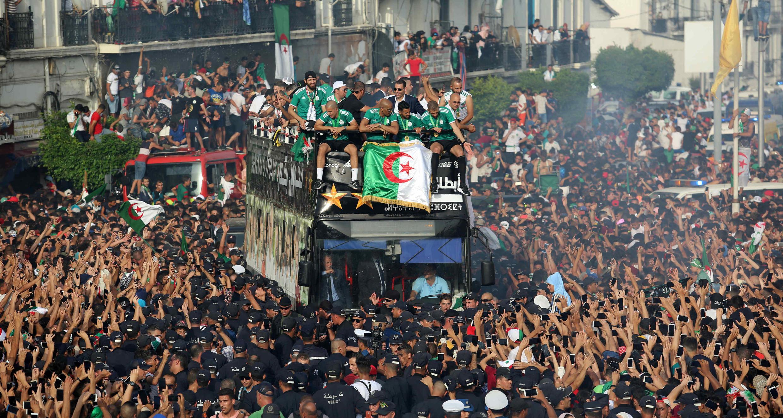 Cientos de miles de fan acompañaron en caravana al bus que trasladó a los integrantes del plantel de Argelia por las calles de Argel durante las celebraciones por la obtención de la Copa Africana de Naciones, el 20 de julio de 2019.