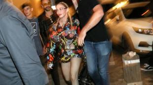 Madonna camina en una calle durante el Festival de la canción de Eurovisión en Tel Aviv, Israel, el 16 de mayo, 2019. Foto tomada el 16 de mayo de 2019.