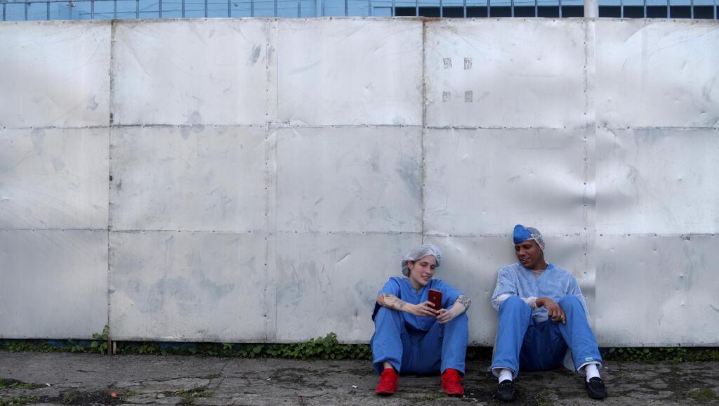 Esta enfermera y este doctor se sientan afuera del complejo clínico que dedicaron para los pacientes de Covid-19 en la ciudad de Guarulhos, en Brasil, el 12 de mayo de 2020.