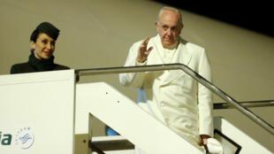 El Papa Francisco saluda mientras aborda un avión para su visita pastoral a Myanmar y Bangladesh en el aeropuerto internacional Fiumicino en Roma, Italia, el 26 de noviembre.