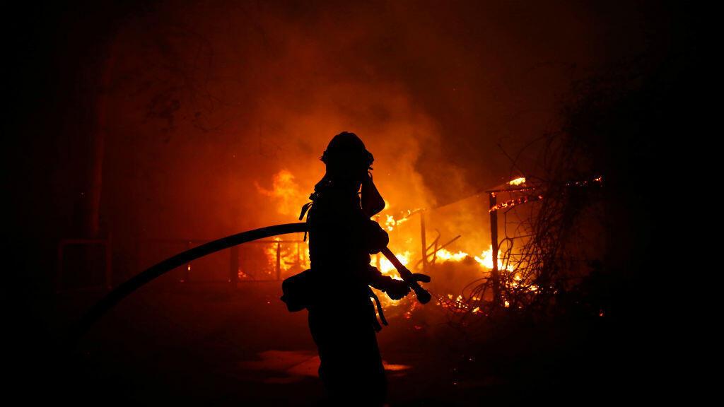 Un bombero lucha contra el incendio de Woolsey en Malibú, California, EE. UU., el 9 de noviembre de 2018.