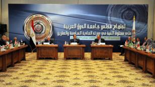 Le président égyptien Abdel Fattah al-Sisi au centre de la réunion de la Ligue arabe,  le 28 mars à Charm el-Cheikh.