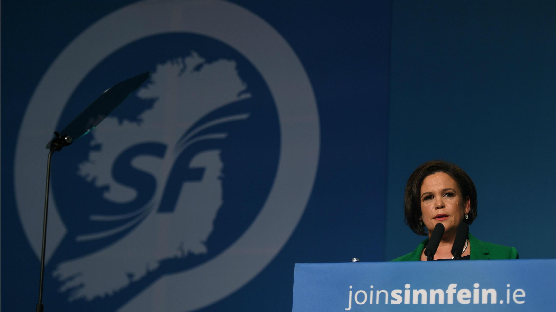 La recién elegida presidenta del Sinn Fein, Mary Lou McDonald, pronuncia su discurso de aceptación en una conferencia en Dublín, Irlanda, el 10 de febrero de 2018.