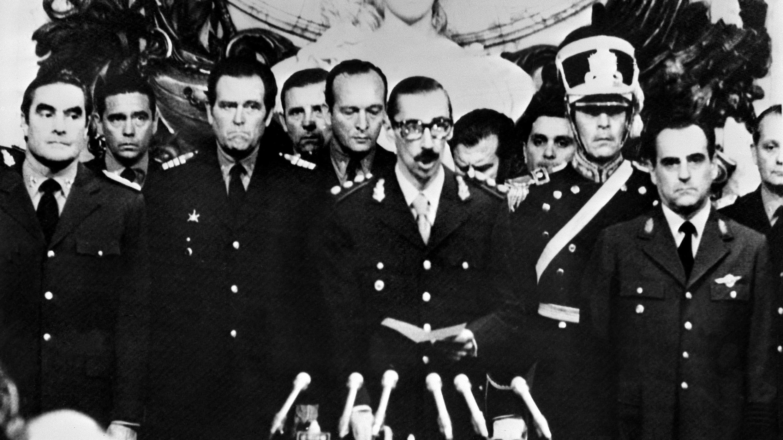 El dictador Jorge Videla jura como presidente de Argentina después de un golpe de Estado en Buenos Aires. 28 de marzo de 1976.