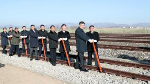 Funcionarios de Corea del Sur y Corea del Norte asisten a una ceremonia para la reconexión de ferrocarriles y carreteras en la estación Panmun en Kaesong, Corea del Norte, el 26 de diciembre de 2018.