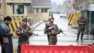 Entrée du QG des services de renseignements à Kaboul, où un kamikaze a actionné des charges explosives, samedi 24 février.