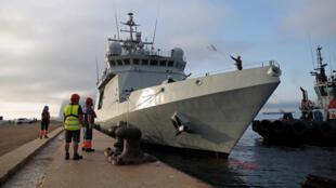 El buque militar español Audaz, con 15 migrantes del Open Arms, luego de un enfrentamiento prolongado entre las autoridades italianas y el bote de rescate privado registrado en España, llega a un puerto en San Roque, cerca de Algeciras, España, el 30 de agosto de 2019.