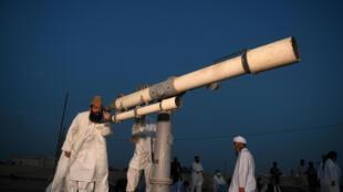 رجل الدين الباكستاني المولى عبد الكبير أزاد يرصد هلال رمضان في كراتشي في 23 نيسان/ابريل 2020