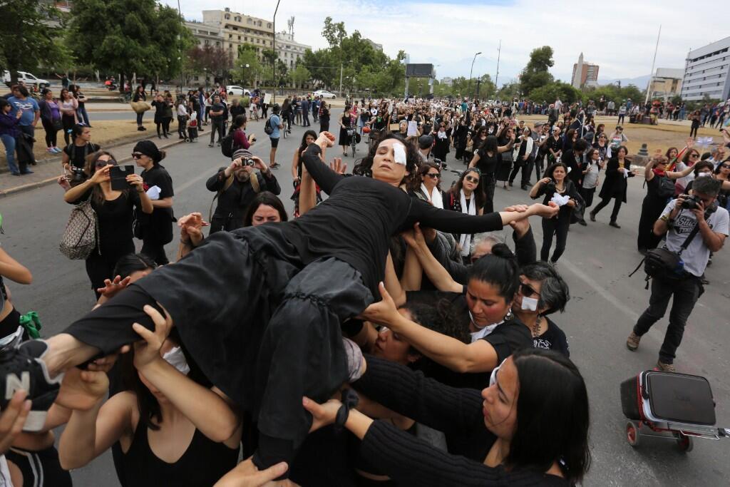 Intervención urbana en memoria de las personas fallecidas durante las manifestaciones en Santiago, Chile.