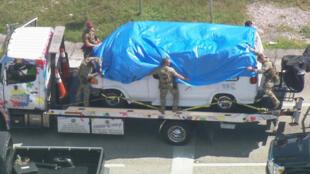 Una camioneta que fue incautada durante una investigación de una serie de paquetes de bombas se transportó a una instalación del FBI en Miramar, Florida, el 26 de octubre de 2018