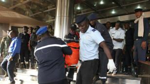 Les forces de sécurité maliennes évacuent les corps des victimes de l'attaque de l'hôtel Radisson Blu de Bamako, théâtre d'une prise d'otages vendredi.