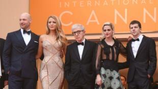 Corey Stoll, Blake Lively, Woody Allen, Kristen Stewart et Jesse Eisenberg sur le tapis rouge du Festival de Cannes, le 11 mai 2016.